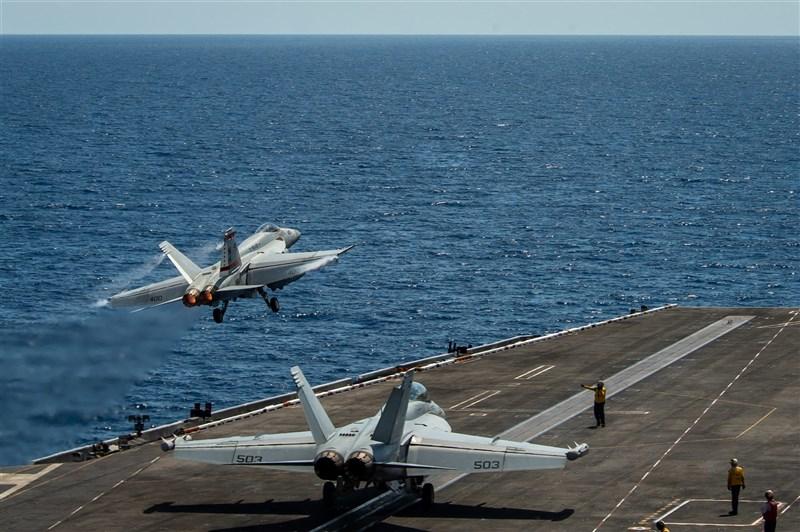美軍證實羅斯福號航空母艦打擊群(TRCSG)4日進入南海,將進行定翼和旋翼機飛行作戰、海上打擊演習、反潛作戰、協同戰術訓練等操演任務。圖為戰鬥機6日從羅斯福號航母飛行甲板起飛。(圖取自Commander, U.S. 7th Fleet網頁www.c7f.navy.mil)