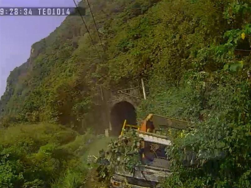 運安會6日記者會公布行車紀錄器影像,圖為滑入軌道的工程車。(運安會提供)