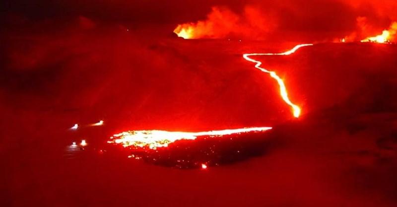 冰島民防保護局公布的照片顯示,一條細長的岩漿流從新裂開的縫隙中流下山谷。(圖取自facebook.com/Almannavarnir)