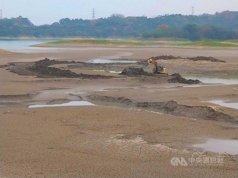 台灣自來水公司表示,仁義潭3月底開始清淤,至5月底前結束,水利署第五河川局負責沉澱池淤泥清除,水公司進行庫底淤積清除,今年預計清淤5.5萬噸。中央社記者蔡智明攝 110年4月7日