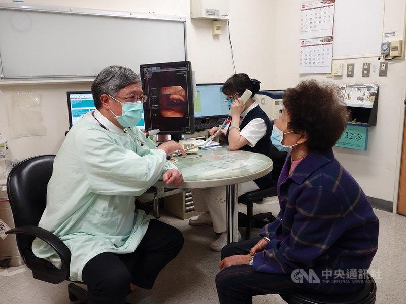 嘉義一名婦人(右)1年多前開始不斷劇烈咳嗽,近日找大林慈濟醫院胸腔內科醫師賴俊良(左)看診,發現支氣管卡一支4公分長的魚刺,取出後咳嗽症狀不藥而癒。(大林慈濟醫院提供)中央社記者蔡智明傳真 110年4月7日
