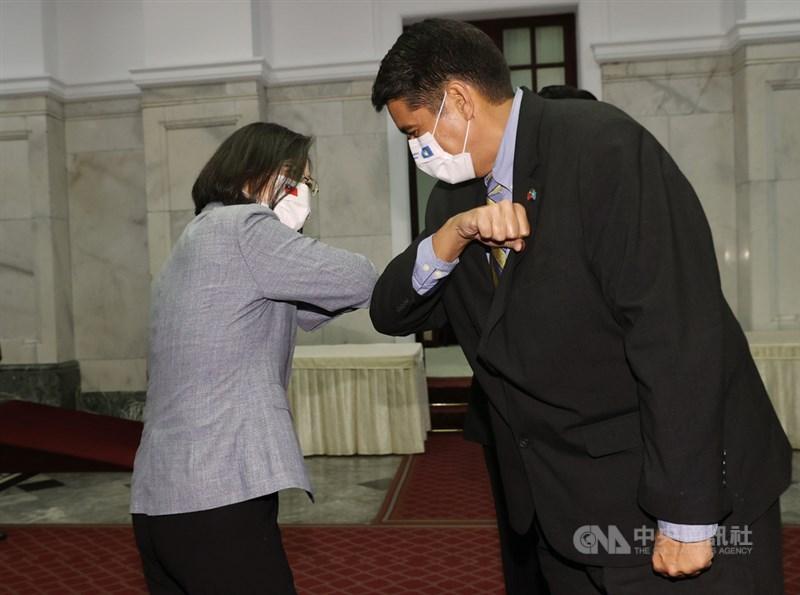 總統蔡英文(左)3月30日在總統府會見帛琉總統惠恕仁(右),兩人擊肘致意。(中央社檔案照片)