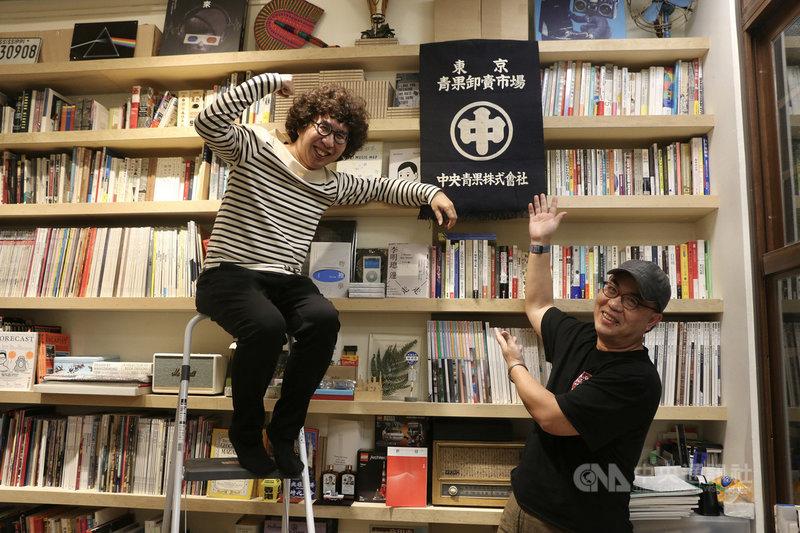 製作人劉志雄(右)與社會學家李明璁(左)攜手合作公視紀實節目「我在市場待了一整天」第2季,拜訪台灣7個特色市場。中央社記者葉冠吟攝 110年4月7日