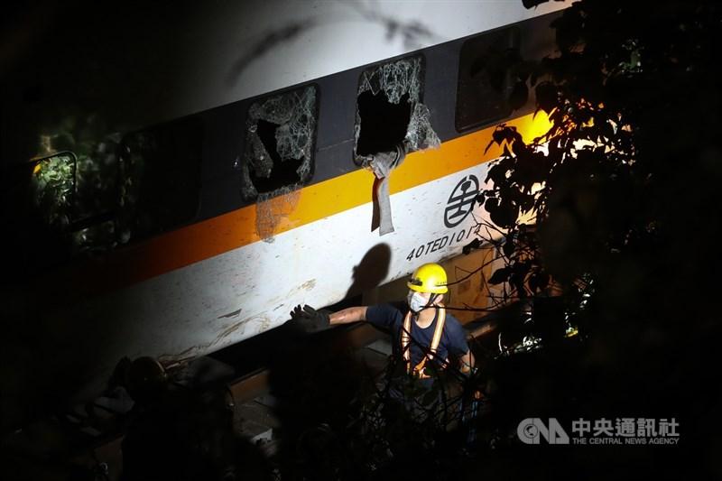 台鐵太魯閣號事故造成重大死傷,衛福部長陳時中表示,截至7日上午11時共收到新台幣4億多元善心捐款。圖為工作人員在車廂周邊協助。中央社記者王騰毅攝 110年4月7日