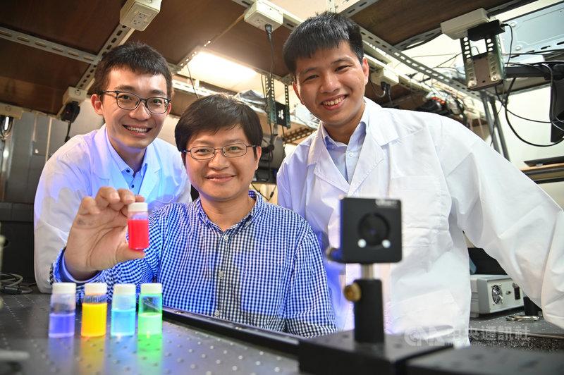 國立清華大學材料系教授林皓武(中)透過自行開發的噴霧合成法,指導博士生許博惟(左)、莊詠棠(右)研發出穩定性極高,還有自我修復能力的鈣鈦礦量子點。(清大提供)中央社記者魯鋼駿傳真 110年4月7日