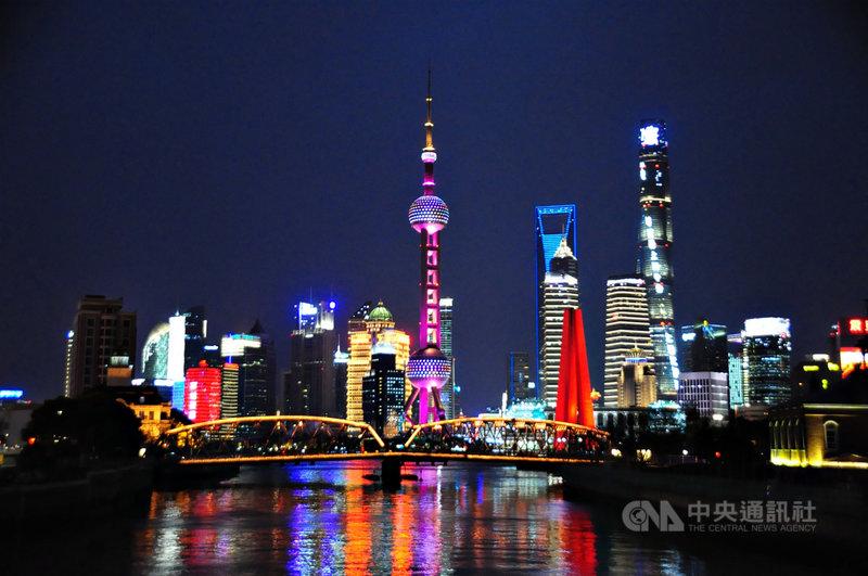 中國自2020年底以一連串通知,要求國際銀行減少在中國放貸,並出售債券,令外資銀行擔憂業務發展再受限。圖為上海陸家嘴金融貿易區夜景。中央社記者沈朋達上海攝 110年4月7日