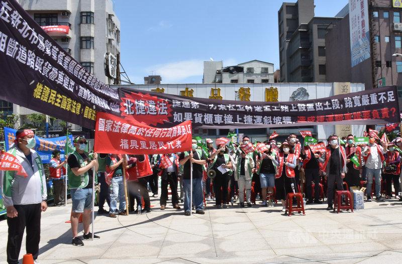 台北市捷運局7日在新北產業園區服務中心舉辦捷運環狀線說明會,當地廠戶民眾組自救會到場外抗議,指北環出土段設計不當,高舉布條表達訴求。中央社記者王鴻國攝  110年4月7日