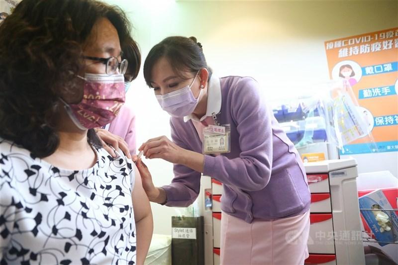 部分民眾接種AZ疫苗產生身體不適情形,勞動部長許銘春7日在立法院表示,已請中央流行疫情指揮中心比照「防疫隔離假」辦理。(中央社檔案照片)