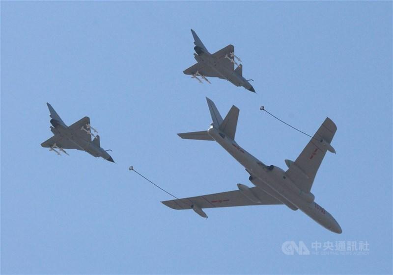 空軍7日發布共機動態,共軍2架空警500、8架殲-10、4架殲-16及1架運-8反潛機侵犯台灣西南防空識別區(ADIZ)。圖為2015年九三閱兵時的轟油6加油機搭配殲10戰機。(中央社檔案照片)