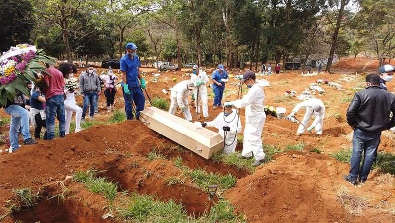巴西武漢肺炎疫情持續蔓延,19日確診破100萬例,死亡也飆近5萬人。圖為巴西聖保羅一處墓園埋葬染疫逝世民眾。(安納杜魯新聞社)