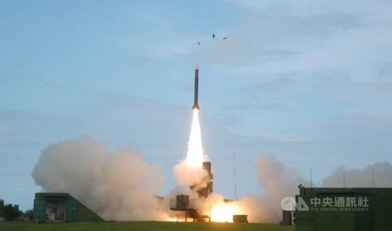 中科院7日起密集射擊飛彈,從劃定危險範圍研判,有可能是增程型雷霆火箭和天弓三增程型飛彈(圖),軍方也將出動銳鳶無人機,從空中蒐集參數。(中科院提供)中央社記者盧太城台東傳真 110年4月7日