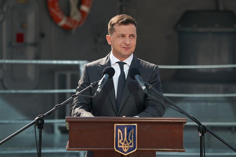 烏克蘭總統澤倫斯基(圖)6日敦促北大西洋公約組織加快腳步,讓烏克蘭加入北約,並稱這是終結政府軍與親俄羅斯分離主義分子戰事的唯一方式。(圖取自facebook.com/zelenskiy95)