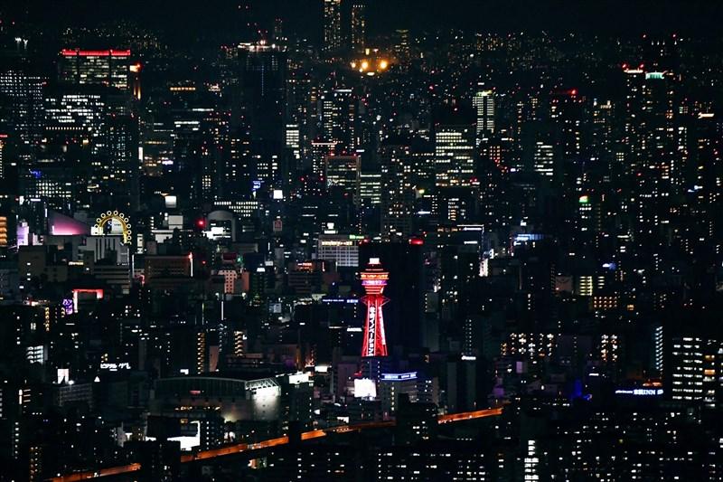 日本大阪府因應疫情急速擴大,重症患者病床使用率高達66.5%,7日決定發布地方級醫療緊急事態宣言,大阪許多LED建築物皆亮起紅燈。圖為通天閣亮起紅燈。(共同社)