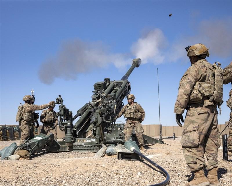 美國7日同意將部署在伊拉克的所有戰鬥部隊全數調離。圖為美軍在伊拉克進行實彈演習。(圖取自twitter.com/CJTFOIR)