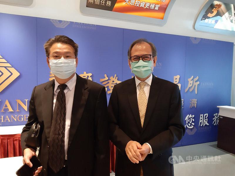 導光板廠茂林董事長李滿祥(右)8日在台灣證券交易所業績發表會表示,看好導光板在資訊電子產品的應用。左為茂林獨立董事簡奉任。中央社記者潘智義攝 110年4月8日