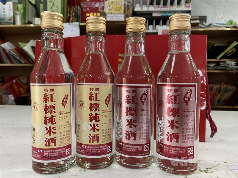 金酒3月初調高部分酒品售價。財政部長蘇建榮8日表示,屬民生必需品的紅標系列米酒一定不會漲。(中央社檔案照片)