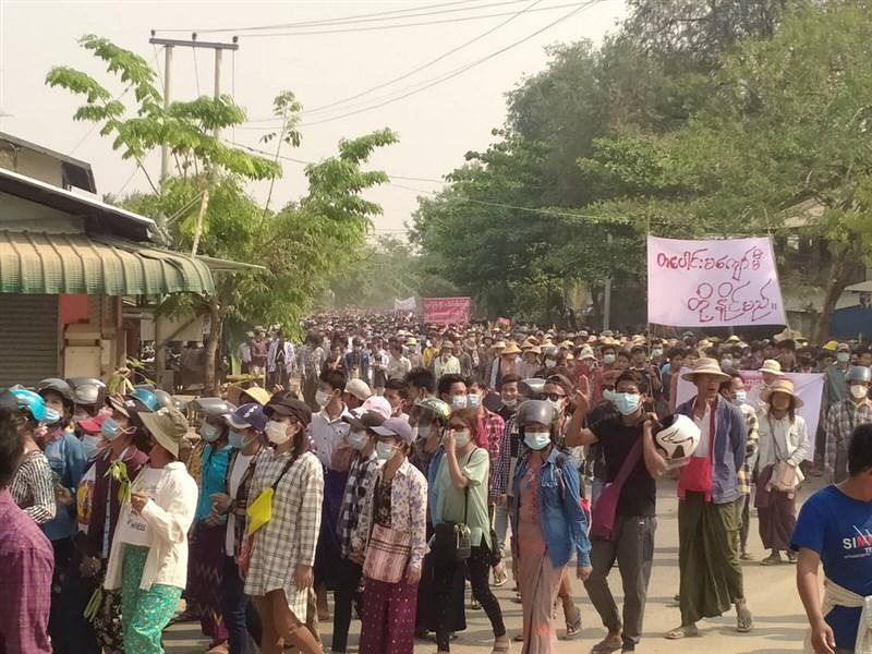緬甸媒體指出,安全部隊7日對反政變的抗議群眾開火,至少13人喪命且有多人受傷。圖為3月27日緬甸軍人節,民眾無懼軍方警告持續上街抗議。(Myanmar Journalism Collective提供)