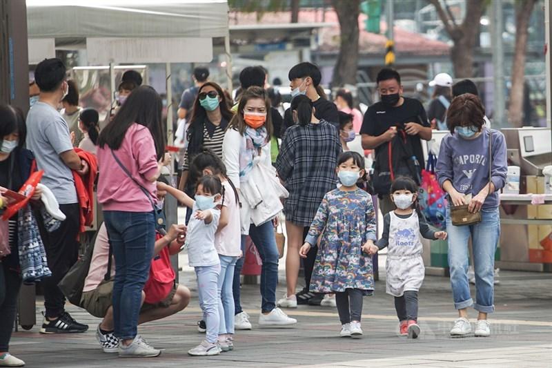 台灣8日沒有新增武漢肺炎確診病例,累計確診個案維持1050例。圖為民眾戴口罩出遊。(中央社檔案照片)