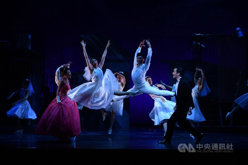 綠光劇團經典音樂劇「結婚!結昏?辦桌」相隔24年第4度搬上舞台,首場演出9日將於台北城市舞台登場,劇團8日進行彩排。中央社記者王飛華攝  110年4月8日