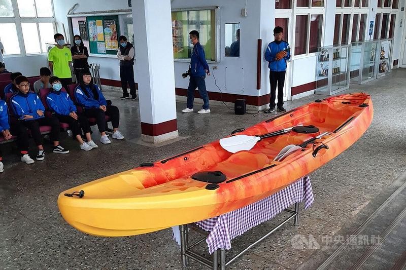 中華郵政8日捐贈澎湖吉貝國中獨木舟,盼讓學子有更寬廣的視野,走出一條與眾不同的道路。學生們未來可在海上定期操槳訓練,並將挑戰跨島校際交流。中央社  110年4月8日