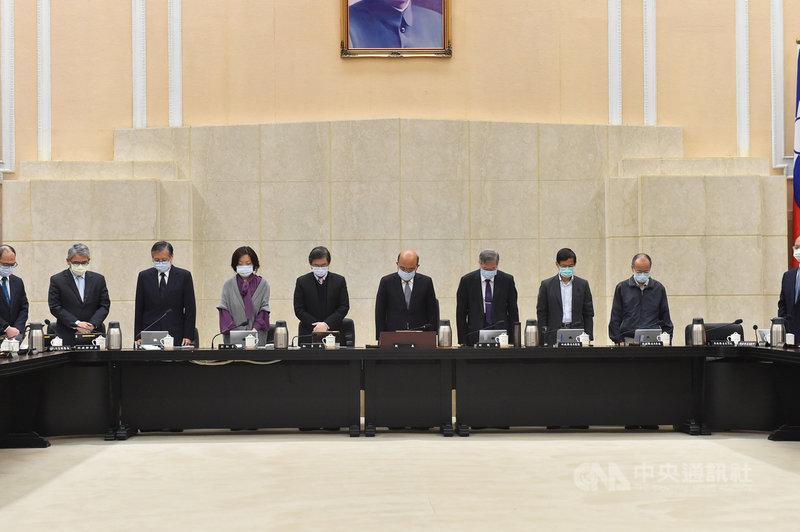 行政院長蘇貞昌及全體閣員8日在行政院會,為「台鐵408次太魯閣號事故」默哀。(行政院提供)中央社記者葉素萍傳真  110年4月8日