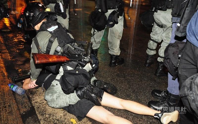 根據香港官方文件,2019年「反送中」運動迄今有1萬242人被捕,其中已有614人被定罪。圖為2019年8月間反送中示威者被警方逮捕。(中央社檔案照片)