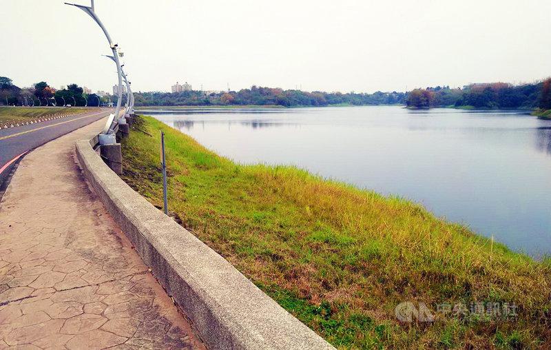 自來水公司第五區管理處副處長吳界明8日表示,現在仁義潭蓄水量約26%、蘭潭(圖)約66%,加上嘉義縣市政府實施節水措施,大家一起節約用水,在沒下雨的情況,或許到7月都可以正常供水。中央社記者蔡智明攝  110年4月8日