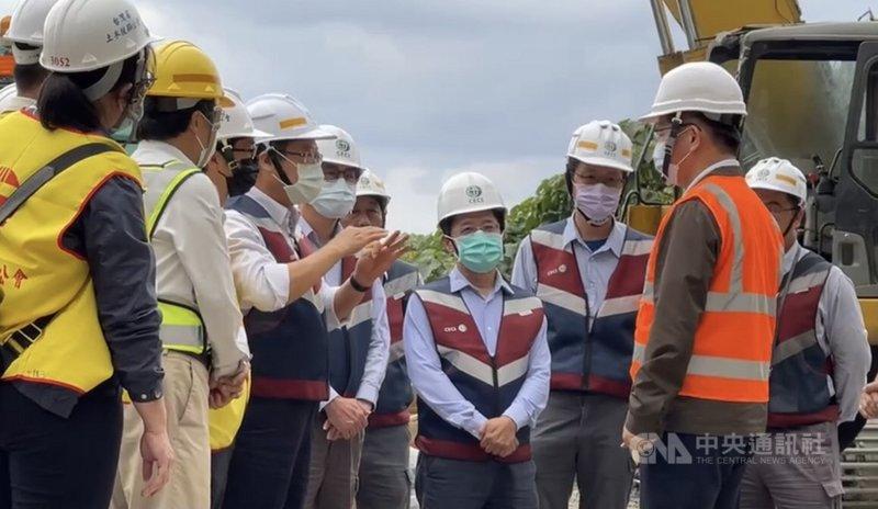 台鐵太魯閣號出軌事故造成重大傷亡,交通部長林佳龍(右)8日回到事故現場表示,一定加強東部交通建設,導入智慧交通系統。(讀者提供)中央社記者張祈傳真 110年4月8日