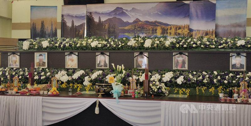 台鐵408次太魯閣號事故發生後第7天,7名安置在台東市立殯葬園區靈堂的罹難者8日下午舉辦頭七法會,台東各界到場弔唁,場面令人鼻酸。中央社記者盧太城台東攝  110年4月8日