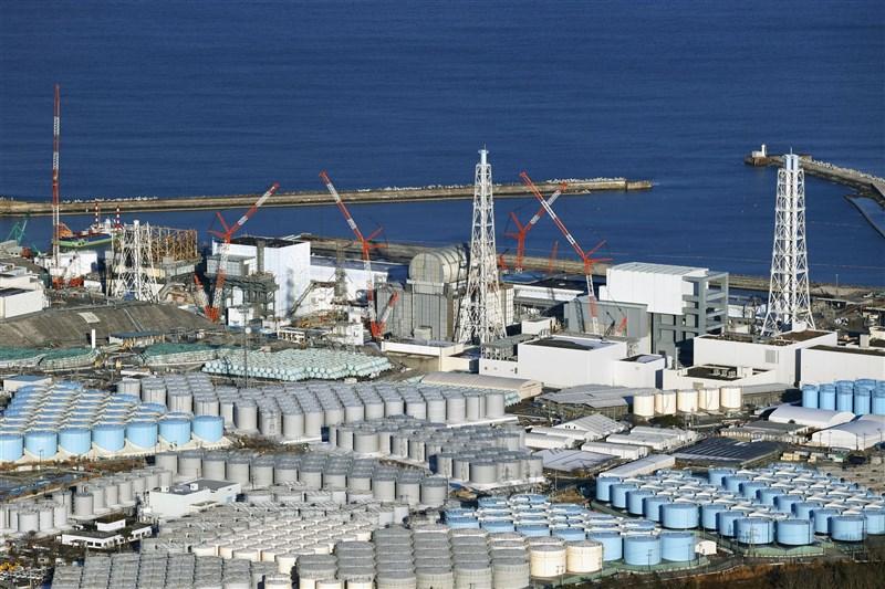 日本政府有意在近期決定將福島核廢水排放入海,外交部12日表示,已指示駐日代表處向日本表達關切並了解進度。圖為福島第一核電廠外放置含氚廢水的儲存槽。(共同社)
