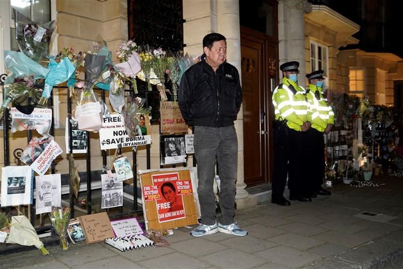 緬甸駐英國大使覺扎敏(中)7日被鎖在大使館外,不得其門而入。(法新社)