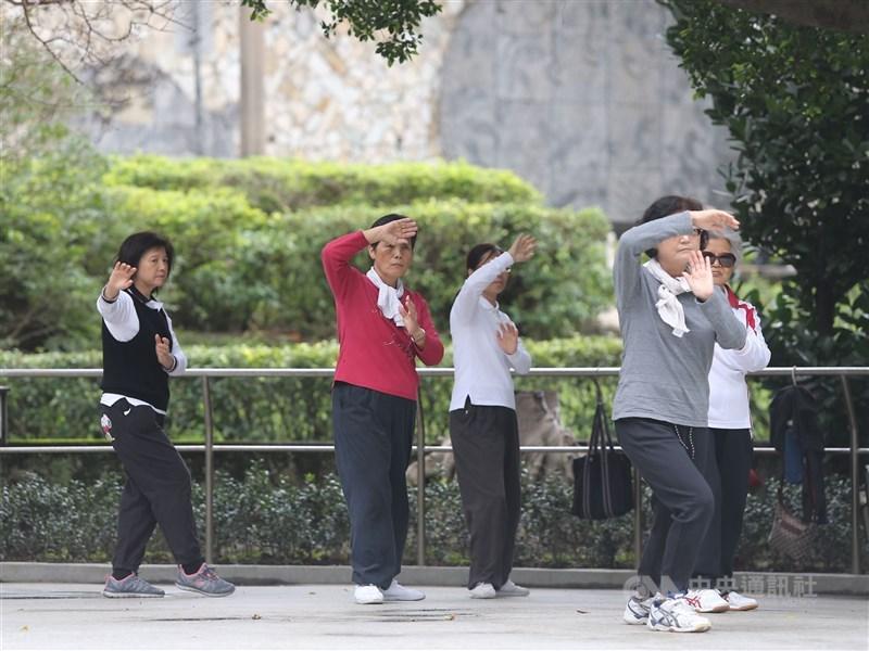 行政院會8日通過著作權法部分條文修正草案,其中民眾在公園帶自己收音機或手機播放音樂跳舞,將來不用付費就可使用。(中央社檔案照片)