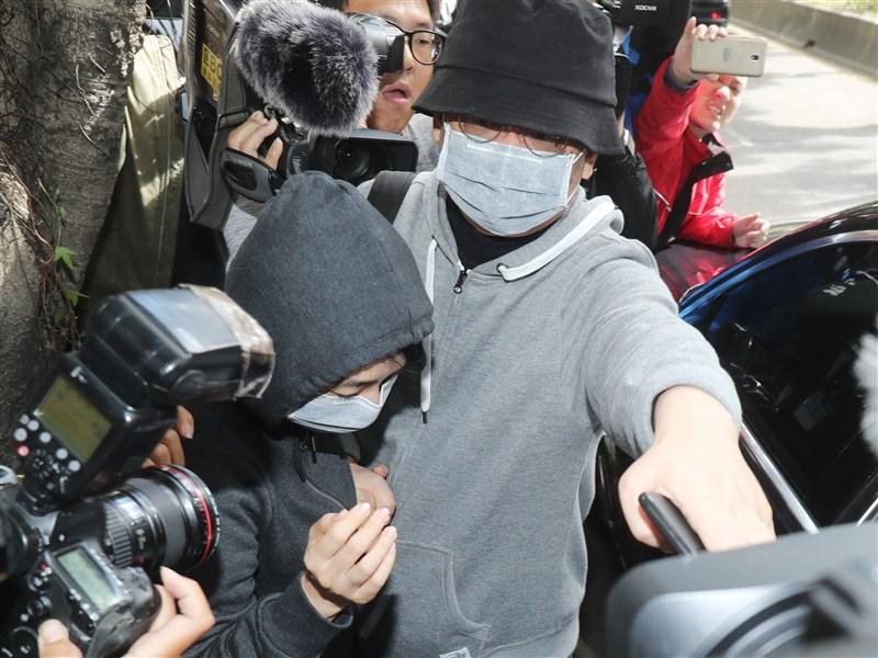 被控涉及國安法的向心(前右)、龔青(前左)夫婦涉嫌將詐騙所得匯進台灣的銀行,購買豪宅,北檢8日依洗錢罪起訴向心夫婦。(中央社檔案照片)