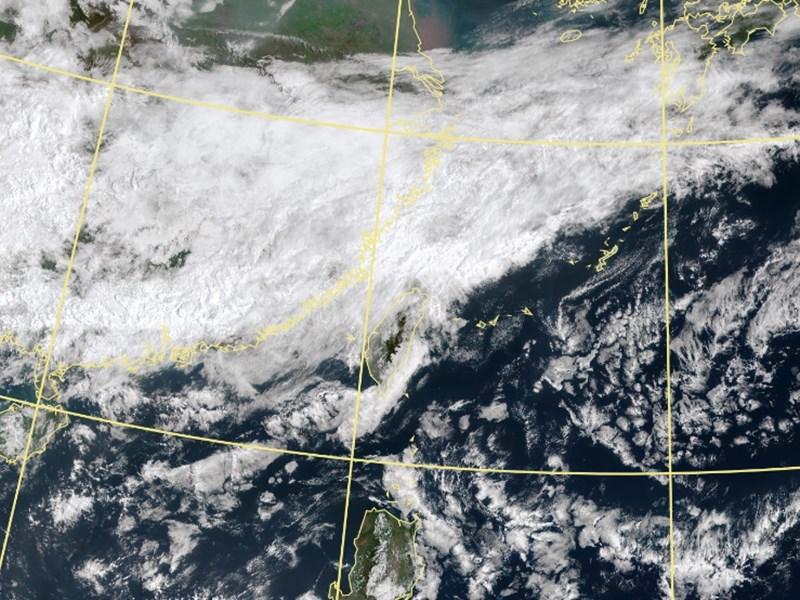 氣象專家吳德榮表示,西北太平洋有颱風生成的可能,但歐美模擬差異大,不確定性高,需要持續觀察。圖為8日早上9時衛星雲圖。(圖取自中央氣象局網頁cwb.gov.tw)