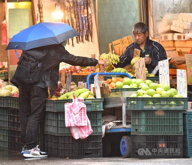 行政院主計總處8日發布3月消費者物價指數(CPI)年增率為1.26%,而17項重要民生物資平均CPI年增率為1.61%,其中以米、雞蛋、雞肉分別上漲4.77%、3.76%、3.55%較顯著。中央社記者鄭清元攝 110年4月8日