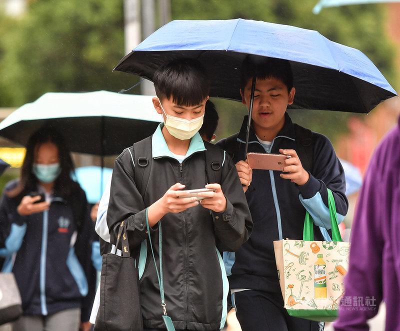 中央氣象局表示,8日上半天各地大致為多雲,下午起東北季風逐漸增強,水氣也漸增,北部、東半部、屏東地區及中南部山區降雨機率增加,外出應帶雨具備用。圖為午後台北地區飄下雨絲,民眾撐傘避雨。中央社記者鄭清元攝 110年4月8日