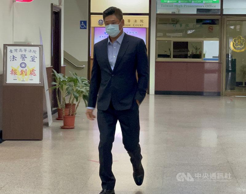 中華民國棒球協會理事長辜仲諒因案遭限制出境,他8日赴台灣高等法院出庭,受訪時表示,等中華隊取得奧運6搶1資格賽門票,再來談聲請解除限制出境。中央社記者劉世怡攝  110年4月8日