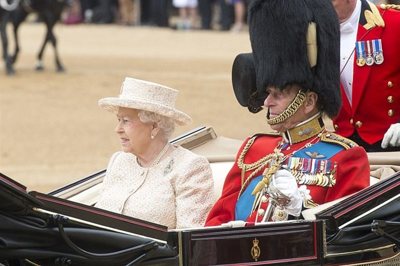 英國菲立普親王(右)9日逝世,他與英國女王伊麗莎白二世(左)結婚73年,是女王口中「這些年的力量與支柱」。(圖取自維基共享資源;版權屬公有領域)