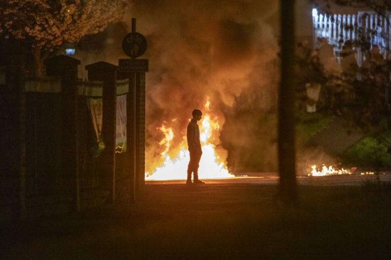 英國的北愛爾蘭近日發生暴動,巴士遭劫持、街頭出現亂石紛飛與縱火。圖為3日在首府貝爾法斯特(Belfast)的縱火。(法新社)