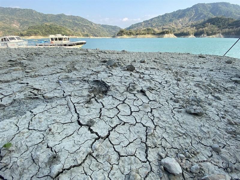 外媒關注台灣近期陷入嚴重乾旱,紐時在全球晶片短缺之際報導以台積電為首的半導體業用水情形與面臨休耕的農民困境。圖為南化水庫岸際因乾旱而裂痕遍地。中央社記者董俊志攝 110年3月16日
