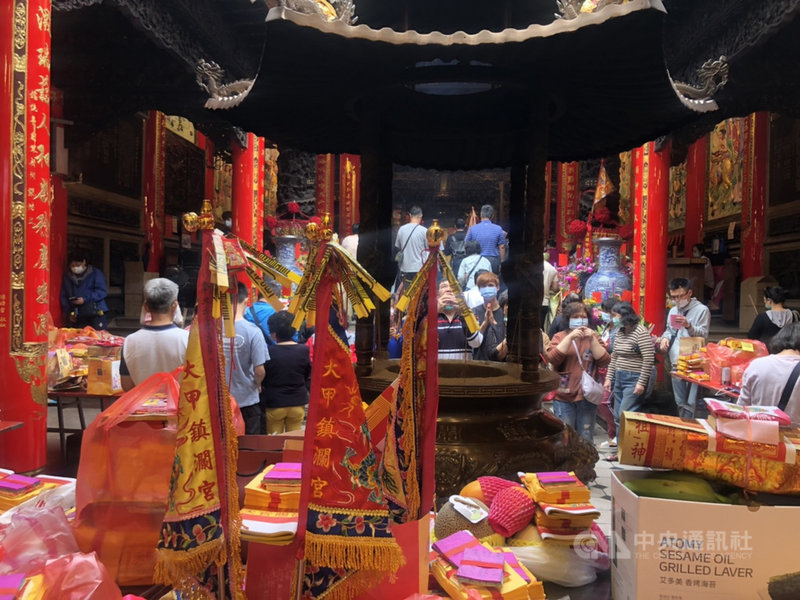 大甲鎮瀾宮媽祖9日晚間起駕遶境,上午就有許多信眾入廟參拜,準備為媽祖送駕。中央社記者趙麗妍攝 110年4月9日