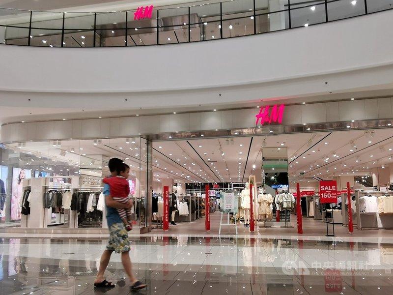 越南網友在網路上發起抵制H&M行動,附近店家觀察,H&M的生意的確有受影響。圖為河內一家H&M門市,8日晚間7時許,全店當時顧客人數僅個位數。中央社記者陳家倫河內攝 110年4月9日