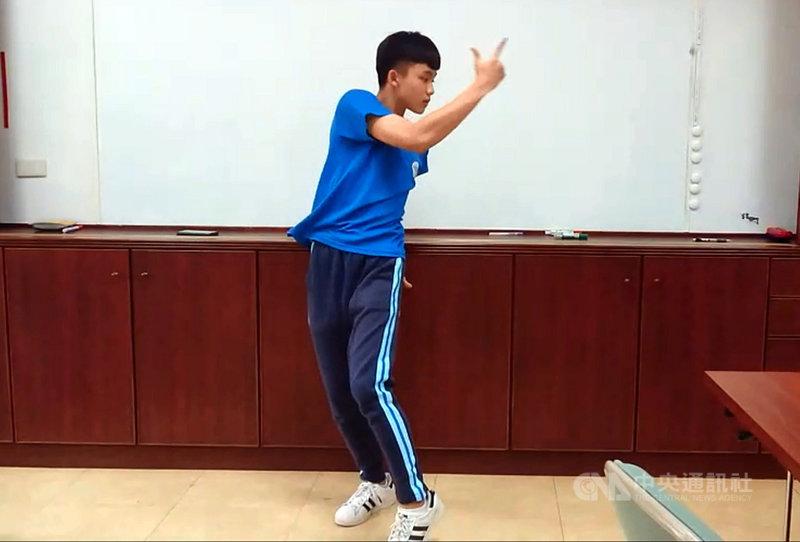 家住台東池上的台東高中學生巫宗諺,藉由社團及課餘時間積極練習,一路舞進台北市立大學運動藝術系街舞組榜首。中央社記者盧太城台東攝 110年4月9日