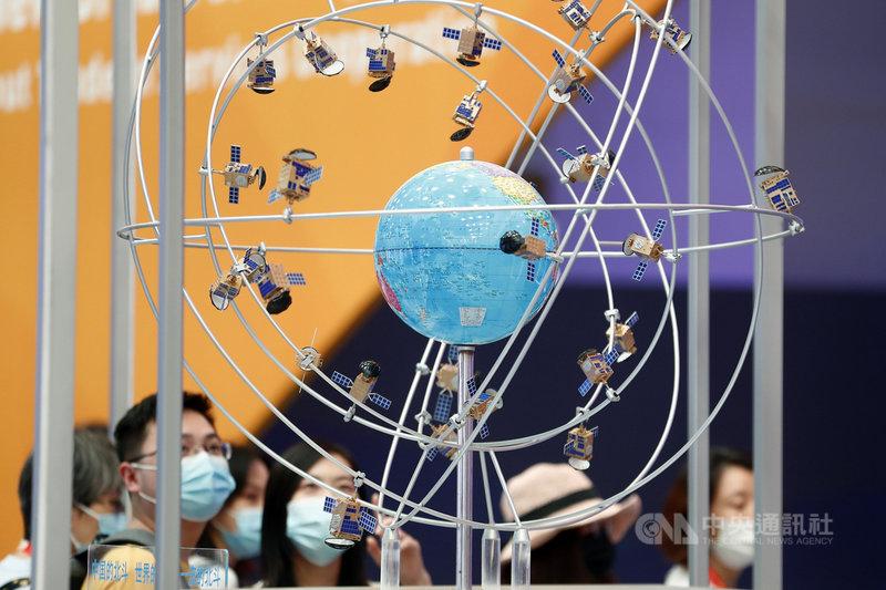 北斗衛星導航系統是中國發展的衛星導航系統,主打提供全天候、高精度的定位、導航服務。據中國官方公布,目前全球已有120個國家和地區正在使用這套系統。圖為2020中國國際服務貿易交易會綜合展區,展示北斗衛星導航系統模型。(中新社提供) 中央社 110年4月9日