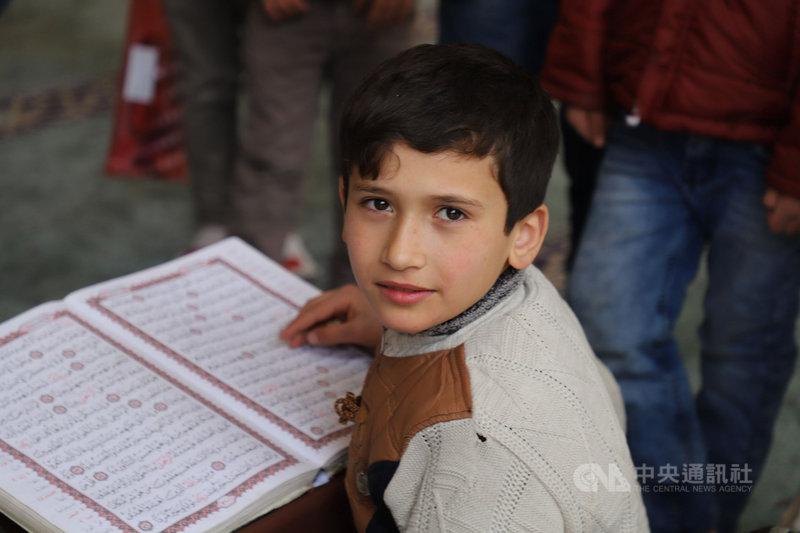 敘利亞北部阿薩茲11歲的辛達維3月18日在巿中心哈塔卜清真寺迴廊下複習可蘭經,準備參加測驗。他受訪時表示,希望可以成為土耳其人。中央社記者何宏儒阿薩茲攝 110年4月9日