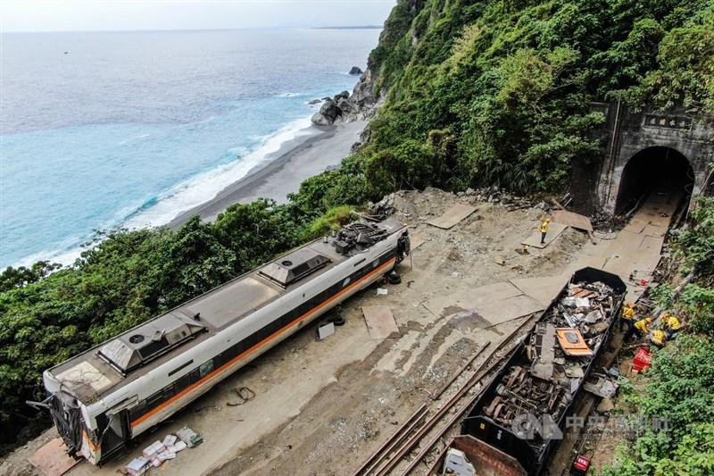 台鐵408次太魯閣號事故現場搶通,在清水隧道內車廂都拖出後,台鐵工程人員7日繼續將散落的列車車體殘骸集中清運。中央社記者王騰毅攝 110年4月7日