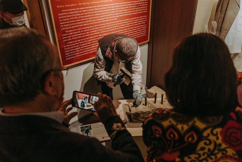 北投文物館9日舉行「世記:老北投的時光故事」特展開幕記者會,展覽分為社群、風土、物產和人物等4個展區。(圖取自facebook.com/beitoumuseum)