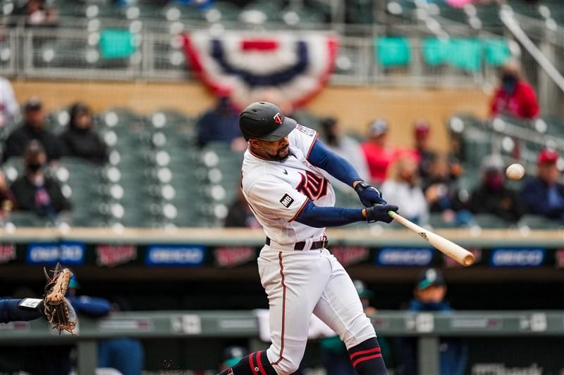 MLB明尼蘇達雙城8日以10比2擊敗西雅圖水手,拿下本季主場首戰勝利。圖為敲出全壘打的巴克斯頓。(圖取自twitter.com/Twins)