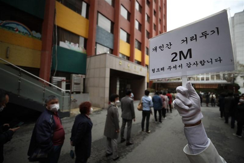 2019冠狀病毒疾病(COVID-19,武漢肺炎)疫情持續流行,韓國8日通報增700例確診,創今年初以來單日新高。圖為4日韓國首爾民眾排隊等待進入教堂。(韓聯社)