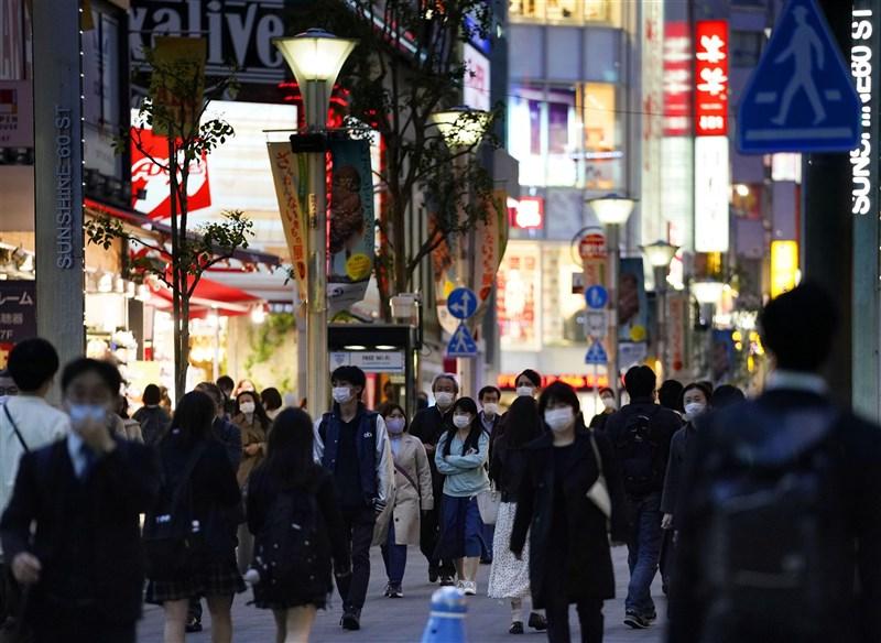 因應武漢肺炎,日本政府正式決定「防止蔓延等重點措施」12日起擴大實施到東京都、沖繩縣與京都府。圖為9日東京池袋街頭人潮。(共同社)